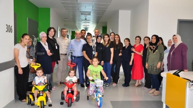 Çocuk hastalara serum askılı bisiklet