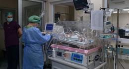 Koronavirüs şüphelisi bebeklere, hemşireler annelik yapıyor