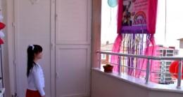 Sağlıkçı çiftten bir aydır görmedikleri kızlarına pankartlı sürpriz